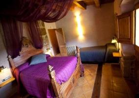 Habitción clásica con cama matrimonial y pabellón color morado
