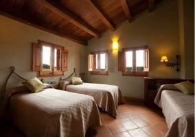 Habitación con 3 camas y techo abuhardillado