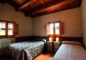 Habitación con 2 camas y 2 mesitas juntas