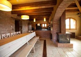 Interior en piedra y madera con chimenea en la casa rural