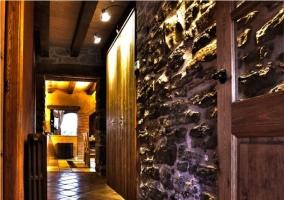 Pasillo con paredes de piedra de la casa rural