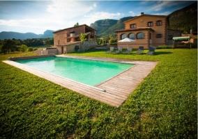 Vista panorámica de la casa rural con piscina y jardín