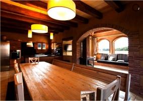 Mesa de comedor grande en el salón de la casa rural