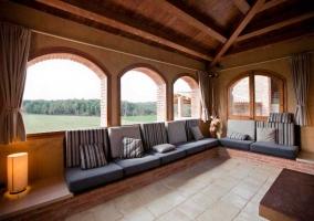 Zona de relax junto a ventanales del salón de la casa rural