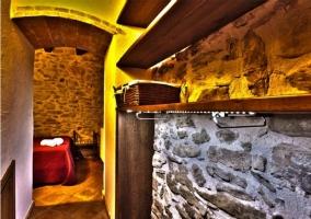 Vista habitación al fondo con colcha roja