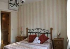 Dormitorio de matrimonio con papel en la pared