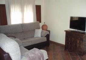 Sala de estar con sillones frente al televisor