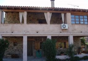 Vistas de la fachada principal con porches