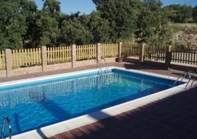 Vistas de los exteriores con piscina vallada