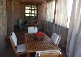 Vistas del porche con mesa de madera