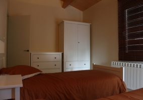 Dormitorio con armarios blancos en la casa rural