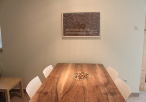 Mesa de madera del comedor de la casa rural