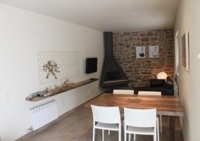Moderna chimenea de la casa rural
