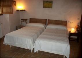 Dormitorio con cuadros y decorado
