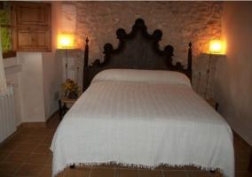 Sala de estar con arco de piedra