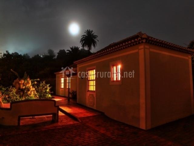 La casa por la noche