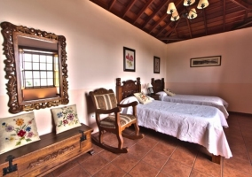 Dormitorio con muebles de madera tallada