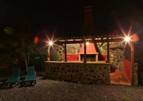 La zona de la barbacoa por la noche