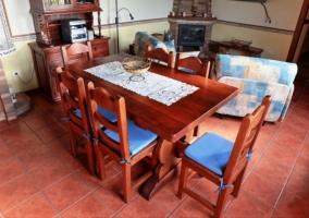 La mesa del comedor y la sala de estar