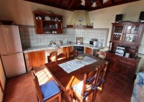 La mesa del comedor y la cocina