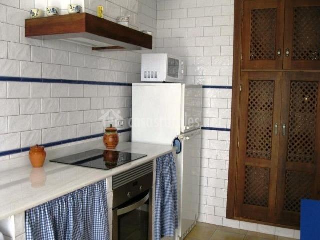 Casa rural severino en yatova valencia - Cocina blanca y azul ...