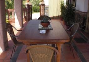 Mesa de madera y sillas en la casa rural