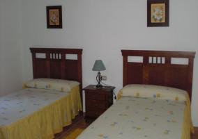 Habitación con 2 camas y 1 mesita