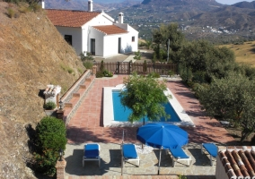 Vista de la casa rural con piscina y entorno