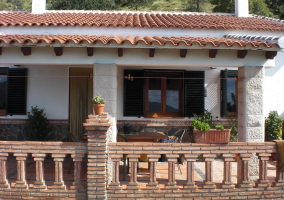 Detalle del porche de la casa rural con mesa y sillas