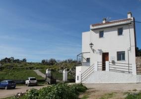 Terraza y entrada de la vivienda rural