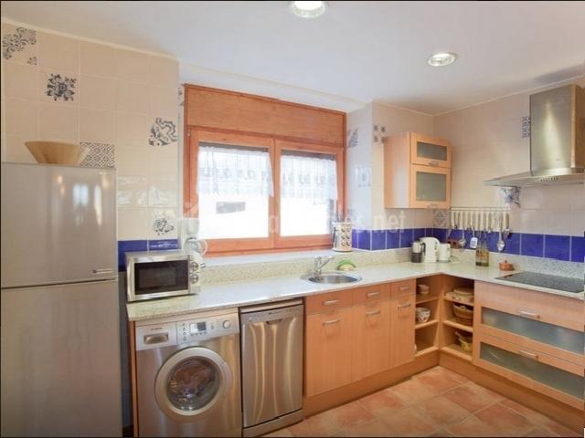 Cocina equipada con frigorífico y lavadora