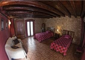 Dormitorio doble con colchas de cuadros