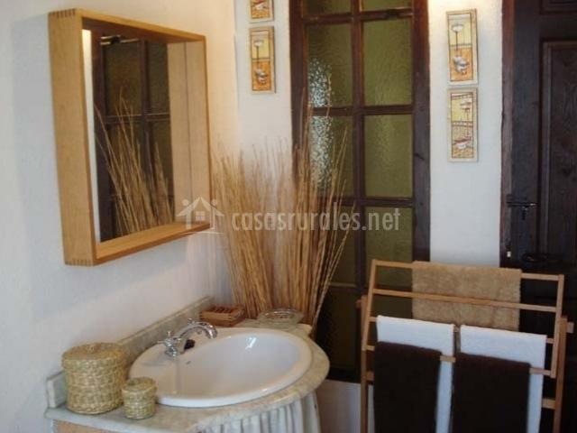 La caseria de las delicias en ribera alta ja n for Bano blanco y madera