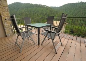 Planta baja con sillones y mesa de comedor de la casa rural