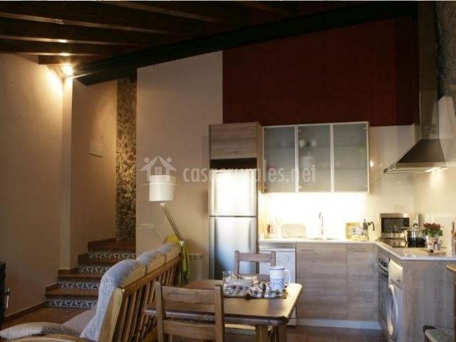 Cocina y salón con escaleras al fondo
