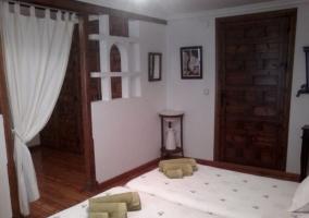 Dormitorio con lavabo antiguo y toallas