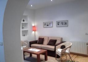 Salón blanco con mobiliario moderno