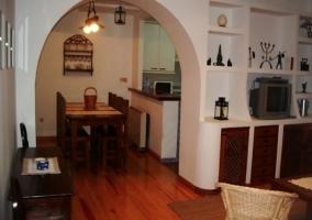 Vista comedor y cocina desde salón