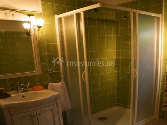 Baño con ducha de la casa rural en tono verde