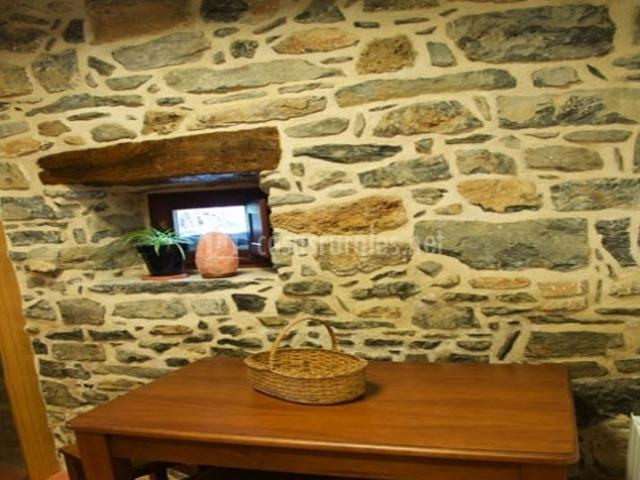 Cocina con mesa de madera funcional en el alojamiento rural