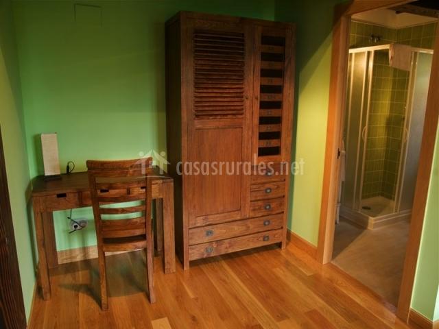 Dormitorio con armario y escritorio de madera en la casa rural