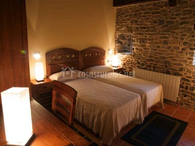 Dormitorio con dos camas individuales en el interior de la casa rural
