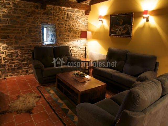 Salón de la casa rural con sofás
