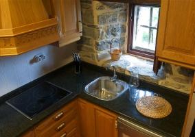Cocina con encimera de granito y vitro en la casa rural
