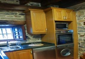 Cocina de la casa rural con muebles de madera