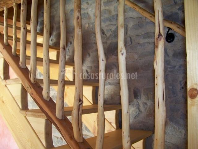 escaleras de madera muy originales de la casa rural