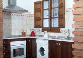 Cocina de la casa rural con los principales electrodomésticos