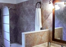 Cuarto de baño de la casa rural con ducha-bañera