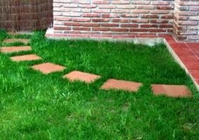 Detalle del jardín y caminito de la casa rural