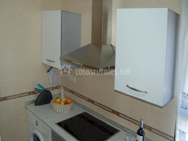 Cocina con campana y lavadora